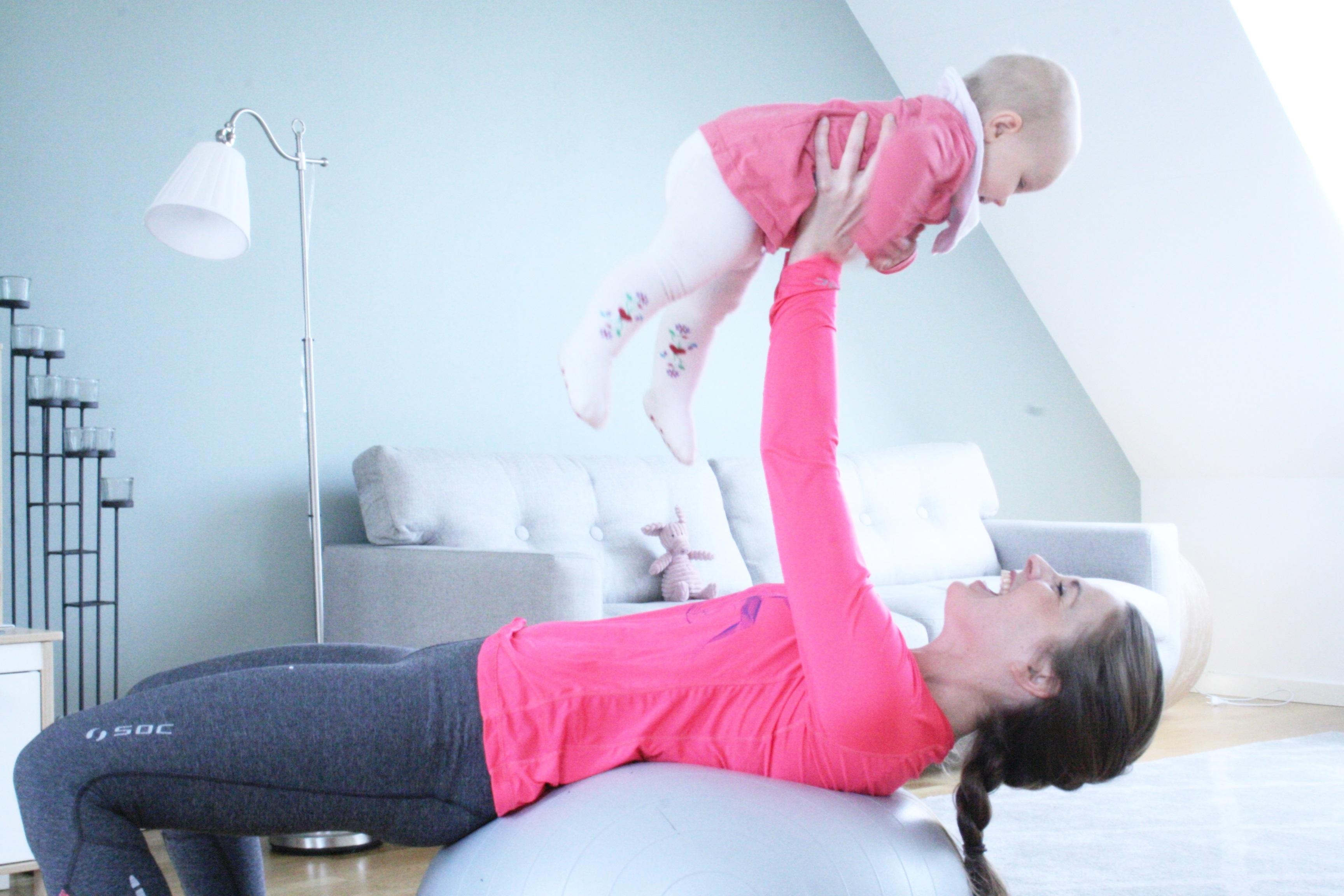 Mammaträning - Johanna visar övning med barn
